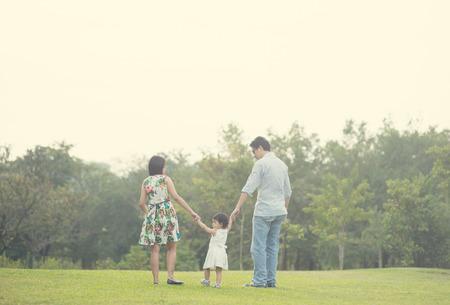 asiatische Familie spielen und genießen Qualität Zeit im Freien, Vintage-Ton