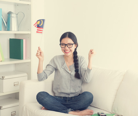 suspens: jeune femme asiatique regarder un film d'horreur avec suspense regard t�l� dans la chambre