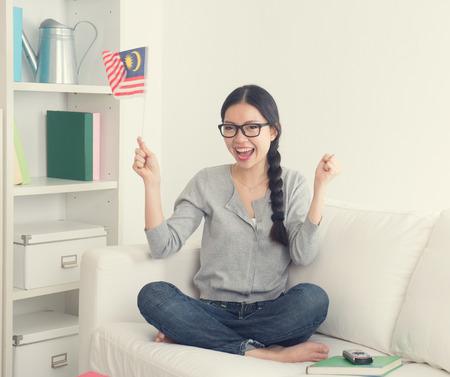 suspenso: mujer asiática joven viendo película de horror con la mirada suspenso televisión en la habitación