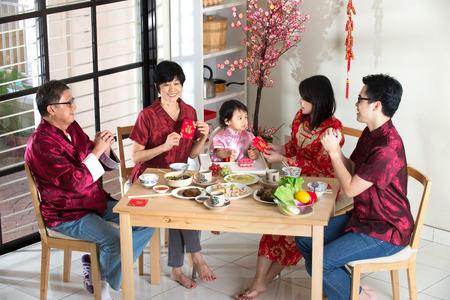 ni�os chinos: Nuevo a�o la cena reencuentro chino, que forma parte de la cultura china para recopilar durante v�spera Foto de archivo
