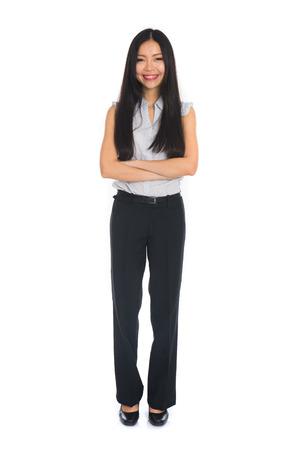 Bedrijfs vrouw die zich in volle lengte op een witte achtergrond. Mooi gemengd ras Chinese vrouwelijke mode in pak. Stockfoto