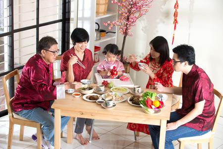 Chinois nouvelle année le dîner de retrouvailles, une partie de la culture chinoise à recueillir lors de veille Banque d'images - 42891977