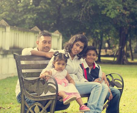 семья: Индийская семья, наслаждаясь время на открытом воздухе качество парке