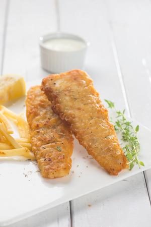 comida inglesa: Ingl�s comida, pescado y patatas fritas Foto de archivo