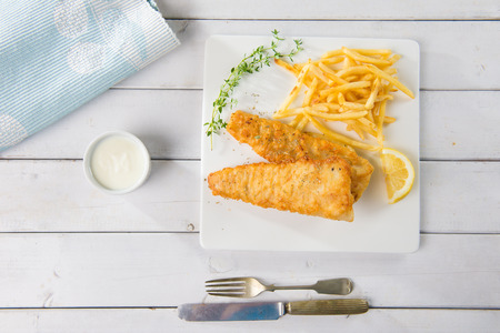 comida inglesa: Inglés comida, pescado y patatas fritas Foto de archivo
