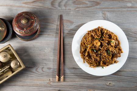 chinesisch essen: Fried Penang Char Kuey Teow Top-down-Ansicht, die ein beliebtes Nudelgericht in Malaysia, Indonesien, Brunei und Singapur