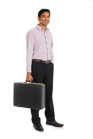 スーツケースとインドのビジネス男性