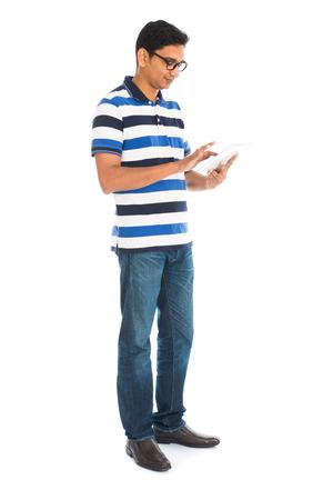 Gelukkig jonge man met behulp van digitale tablet tegen een witte achtergrond. Stockfoto
