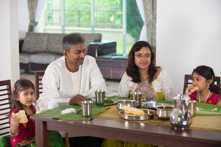 persona feliz: familia india con una comida