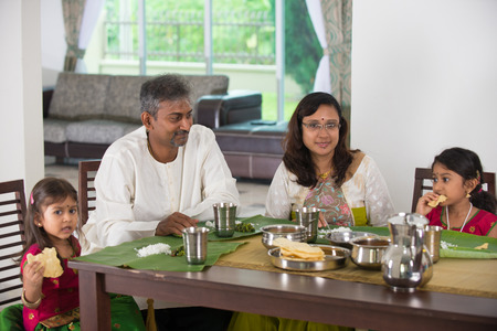 familie: indische Familie, die eine Mahlzeit