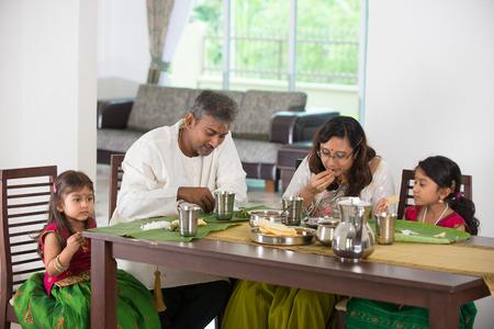 niños comiendo: familia india con una comida