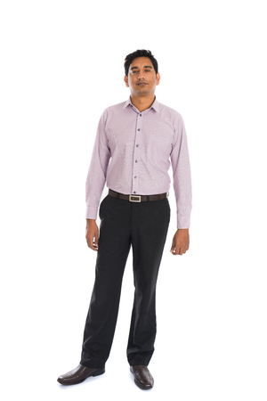 completo: seria del hombre de negocios masculino indio con el fondo blanco aislado de cuerpo entero