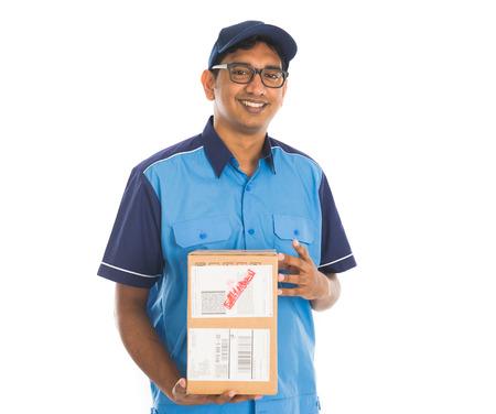 hombre con sombrero: repartidor indio en uniforme azul Foto de archivo