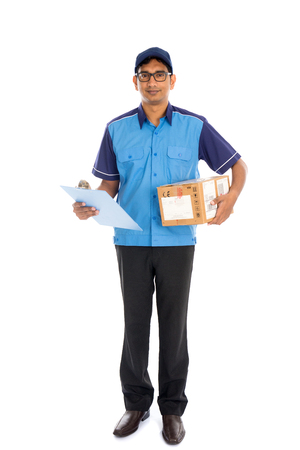 cartero: repartidor indio en uniforme azul Foto de archivo