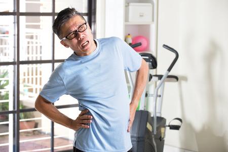 cintura: Asiático, mayor, macho, teniendo, lesión, gimnasio, entrenamiento