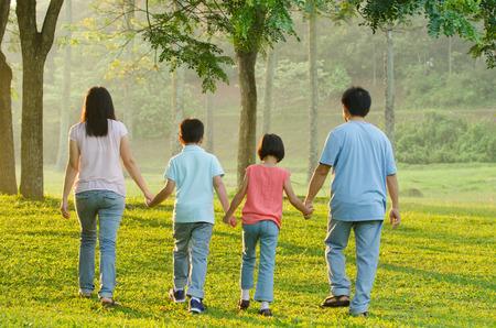 familias unidas: Feliz caminar familia asiática Foto de archivo