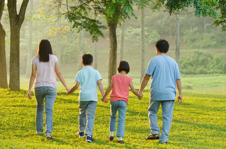 familia unida: Feliz caminar familia asi�tica Foto de archivo