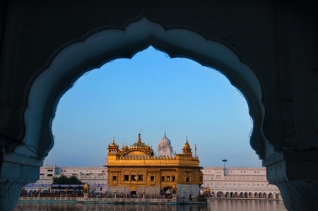 templo: Amritsar Golden Temple - India. Enmarcado con ventanas de lado oeste. centrarse en el templo
