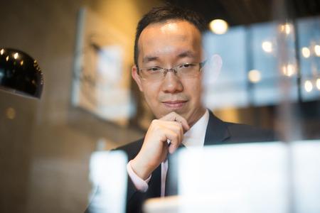 alegria: Hombres de negocios asiáticos sobre el café