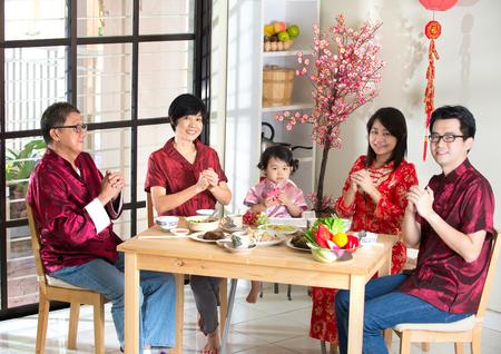 中国の新年の間に挨拶を与える中国の家族