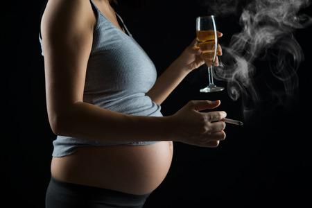 Enceinte de fumer et de boire de la mère Banque d'images - 47874540