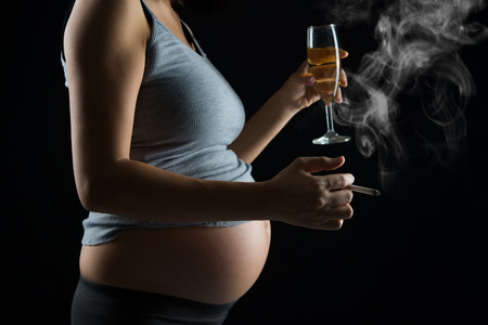 pregnant mother smoking and drinking Archivio Fotografico