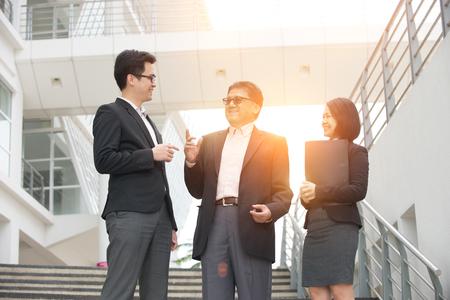 recursos humanos: la gente de negocios asiática al aire libre