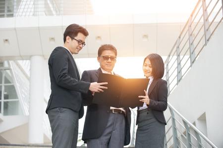 liderazgo empresarial: la gente de negocios asiática al aire libre