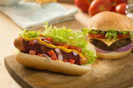 comida rapida: hamburguesa de comida rápida, menú caliente perro con hamburguesa, papas fritas, bebidas tomate y muchos más
