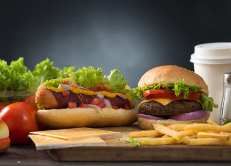 alimentos y bebidas: hamburguesa de comida rápida, menú caliente perro con hamburguesa, papas fritas, bebidas tomate y muchos más