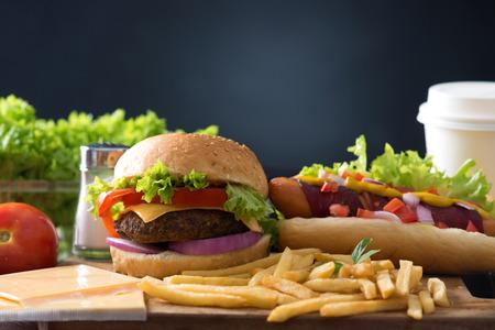 ファーストフードのハンバーガーやホットドッグ メニューのハンバーガー、フライド ポテト、トマト飲料