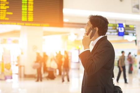 negocios internacionales: masculino indio en la terminal de aeropuerto en la madrugada