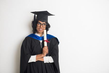 graduado: graduado femenino indio que celebra