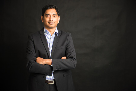 modelos hombres: empresario masculino indio fondo negro