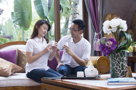 pareja en casa: Pares asiáticos en la configuración de interior Foto de archivo