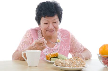 mujeres ancianas: Comida asiática mayor femenina Foto de archivo