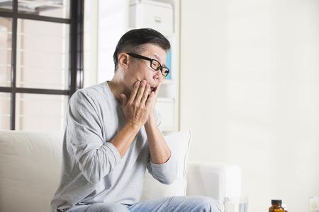 la boca: asiático de sexo masculino mayor en el dolor en la boca Foto de archivo