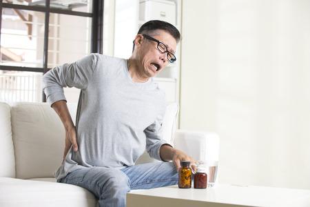 asian senior man met pijn in de rug