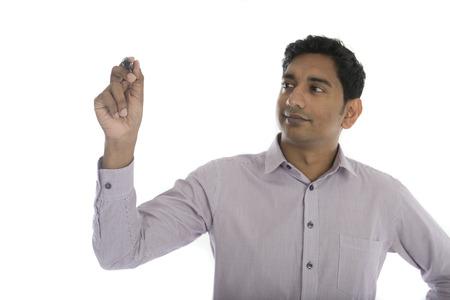 marker: hombre de negocios indio asiático en juego negro escribir algo sobre la placa de vidrio con marcador Foto de archivo