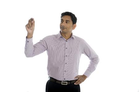 hombre escribiendo: hombre de negocios indio asiático en juego negro escribir algo sobre la placa de vidrio con marcador Foto de archivo