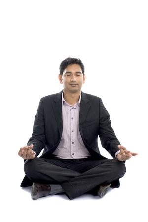 indian buiness männlichen Yoga auf dem Boden