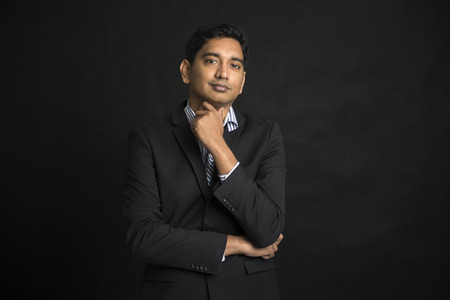 visage homme: mâle d'affaires indien avec un fond noir