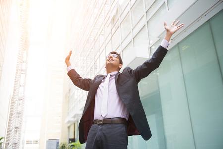 manos abiertas: indio hombre de negocios masculino que celebra éxito
