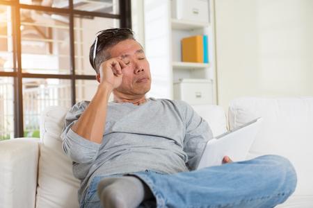 ojo humano: varón asiático con dolor en los ojos cuando se utiliza demasiado aparatos Foto de archivo