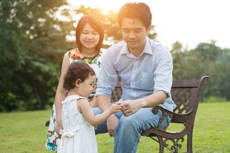 parejas amor: asiático al aire libre de la familia