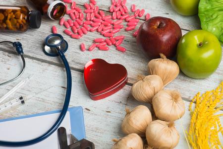 comidas saludables: healthcare concept balance between medicine and healthy foods