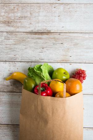 abarrotes: el concepto de compra de comestibles foto
