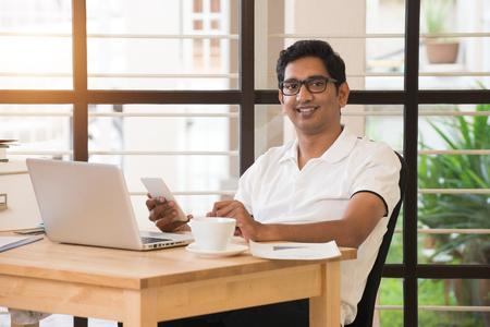 cafe internet: Hombre indio joven que trabaja desde la oficina en casa Foto de archivo