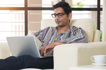 masculina india que usa el ordenador portátil