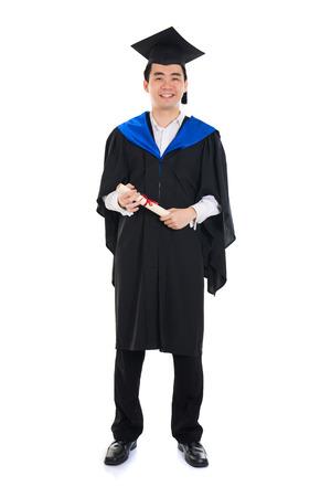 graduado: Asia estudiante universitario de sexo masculino en traje de graduación Foto de archivo